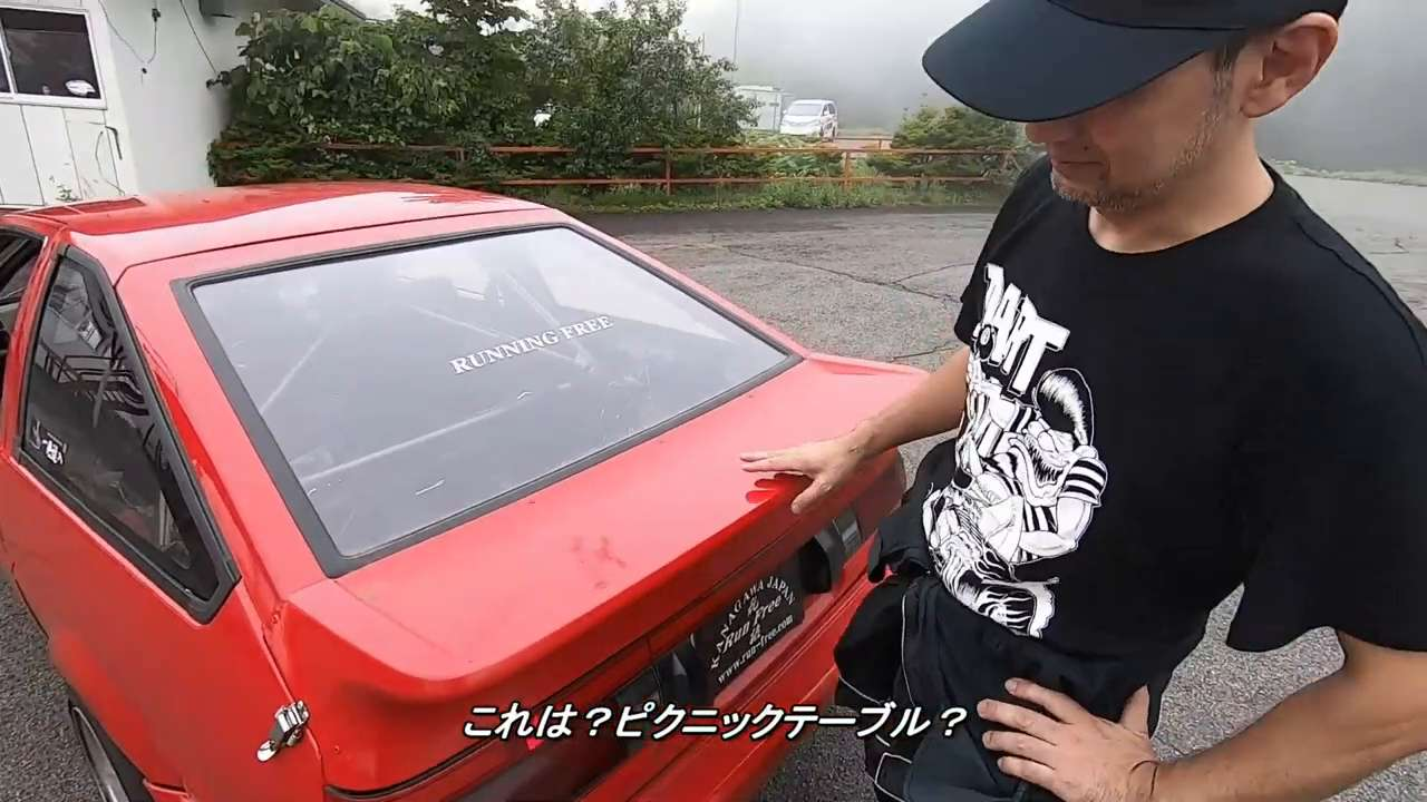 "What kind of rear wing does Hiroshi ""Kaicho"" Takahashi have on his Toyota AE86?"